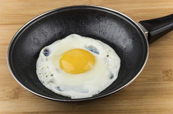 Añade un poco de sal para darle el toque final al huevo