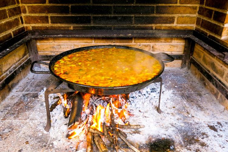 Este plato debe cocinarse en una paella