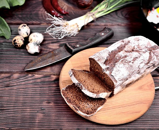 El pan es un alimento que se elabora con harina, agua, sal y levadura