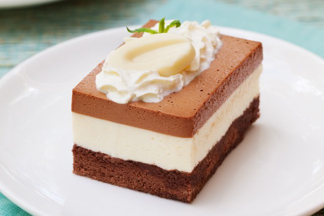 Se elabora con chocolate negro, chocolate con leche y chocolate blanco