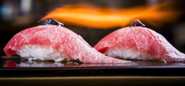 Niguiri de toro flambeado con mantequilla de caviar. Foto: Restaurante Bacira